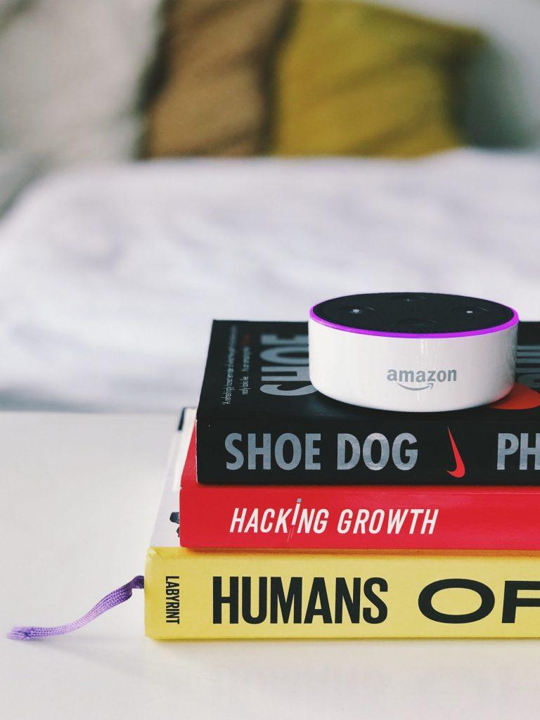 Darstellung der Amazon Alexa, um den Text über künstliche Intelligenz visuell zu untermalen.