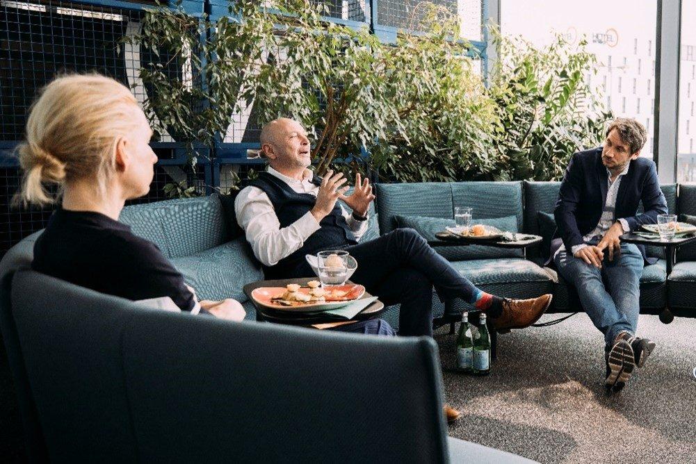3 Menschen reden auf einer vitra Couch