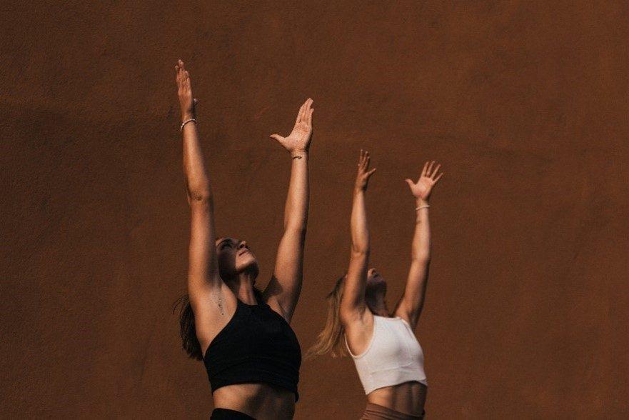 Die Mädels von kaali Yoga machen eine Yogapose