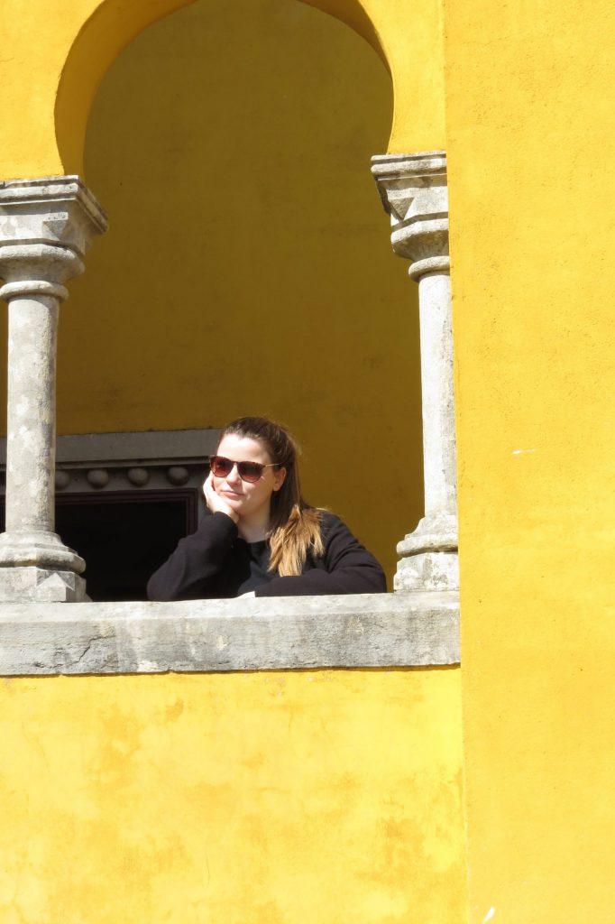 Frau in einem gelben Gebäude